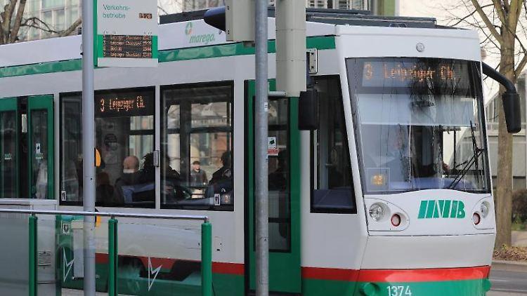 Eine Straßenbahn der Magdeburger Verkehrsbetriebe GmbH (MBV). Foto: Jens Wolf/dpa-Zentralbild/dpa/Archivbild