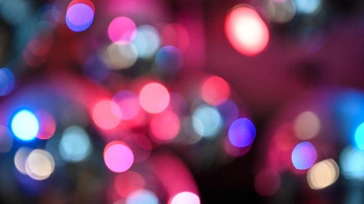 Discokugeln leuchten an der Decke eines Clubs. Foto: Felix Kästle/dpa/Symbolbild