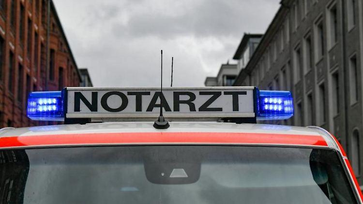 Ein Notarztwagen steht mit eingeschaltetem Blaulicht auf der Straße. Foto: Jens Kalaene/zb/dpa/Symbolbild