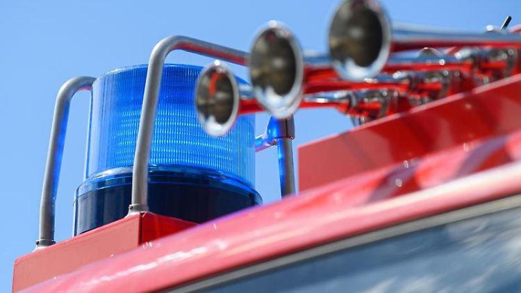 Das Blaulicht leuchtet auf einem Einsatzfahrzeug der Feuerwehr. Foto: Robert Michael/dpa-Zentralbild/ZB/Symbolbild