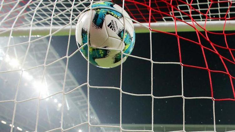 Ein Fußball geht ins Netz. Foto: Jan Woitas/dpa-Zentralbild/dpa/Symbolbild