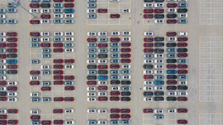 Neuwagen stehen am Standort eines Autoherstellers in der chinesischen Provinz Fujian. Foto: Song Weiwei/XinHua/dpa/Symbolbild