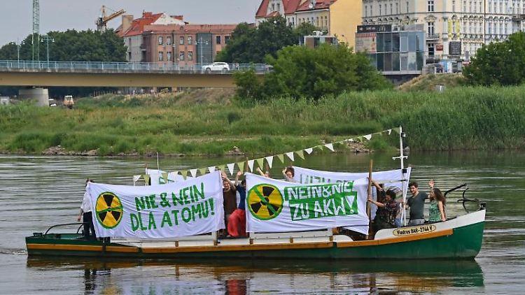 Mitglieder der Brandenburger Grünen Jugend und polnische Grüne Abgeordnete protestieren. Foto: Patrick Pleul/dpa-Zentralbild/ZB