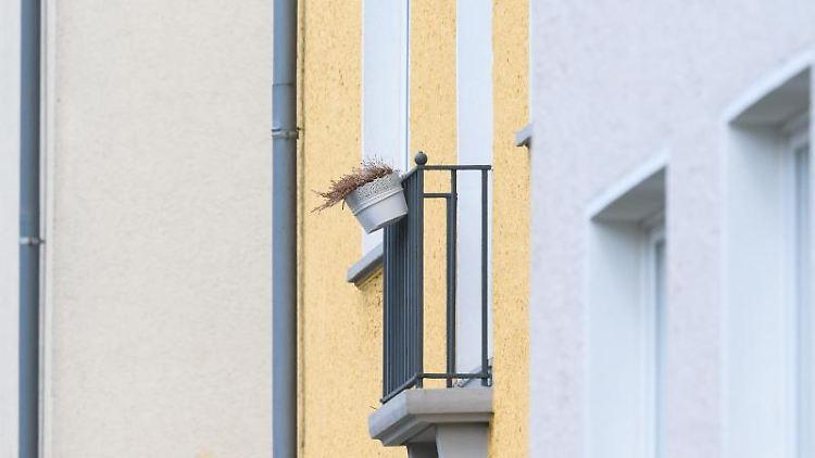 Blick auf Mehrfamilienhäuser in der Innenstadt. Foto: Julian Stratenschulte/dpa/Symbolbild