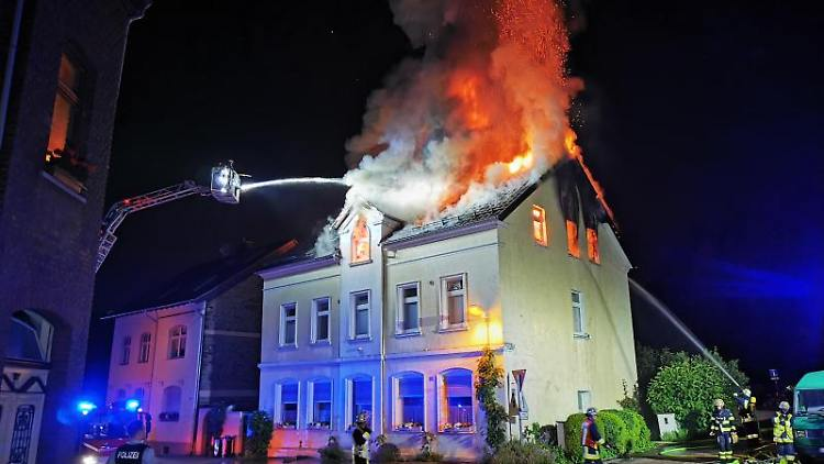 Der Dachstuhl eines Hauses in Essen steht in der Nacht zum Dienstag in Brand. Foto: WTVnews/dpa