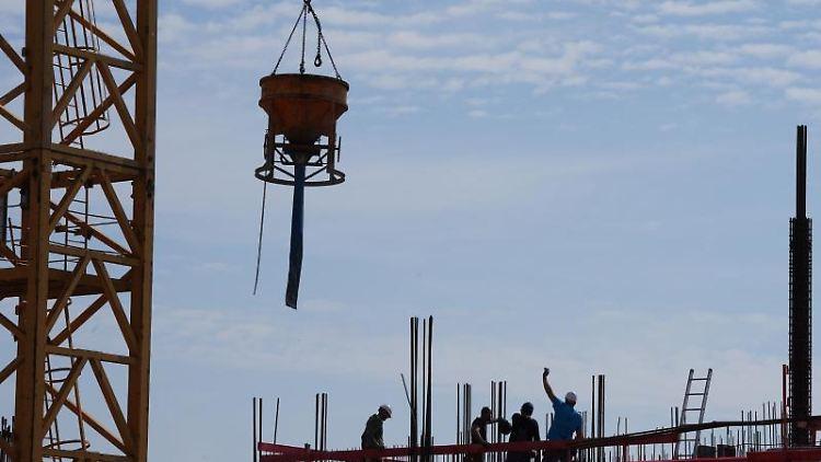 Betonierarbeiten auf einer Baustelle. Foto: Marcus Brandt/dpa/Archivbild