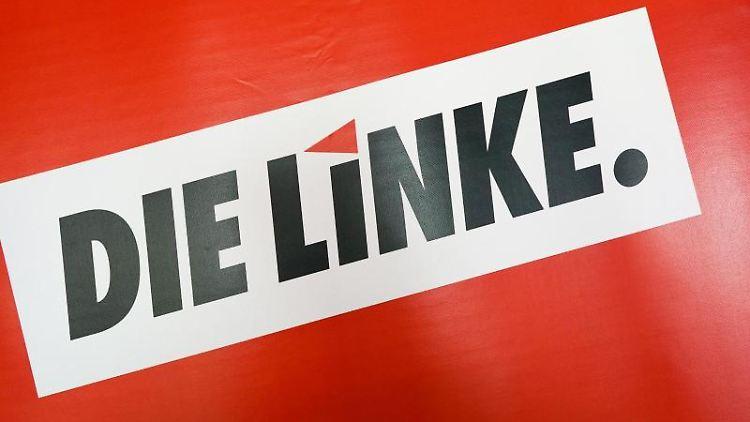 Das Logo der Partei Die Linke steht auf rotem Grund. Foto: Peter Endig/zb/dpa/Symbolbild