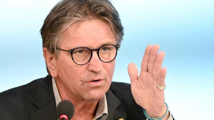 Manfred Lucha (Bündnis 90/Die Grünen) spricht. Foto: Bernd Weißbrod/dpa/Archivbild