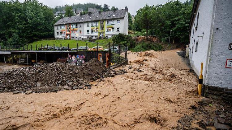 Durch Starkregen kam es in Altena zu einem Erdrutsch. Foto: Markus Klümper/dpa