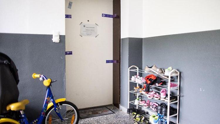 Siegel der Polizei hängen an einer Wohnungstür in einem Wohnhaus. Foto: Marcel Kusch/dpa/Archivbild