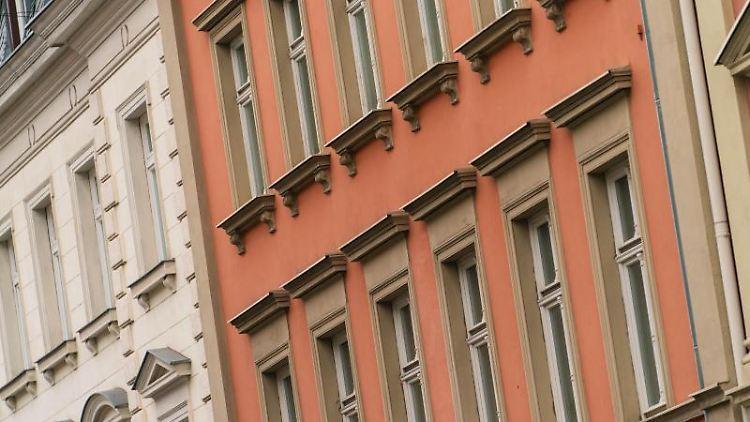 Blick auf die Fassaden von Wohnhäusern. Foto: Nicolas Armer/dpa/Symbolbild