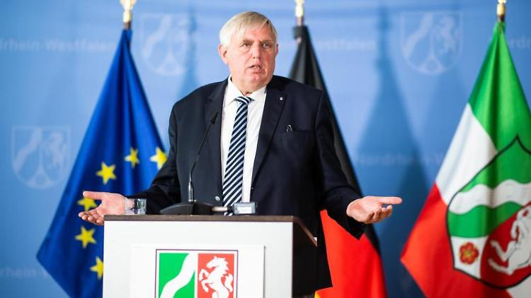 Karl-Josef Laumann (CDU) spricht auf einer Pressekonferenz. Foto: Jonas Güttler/dpa