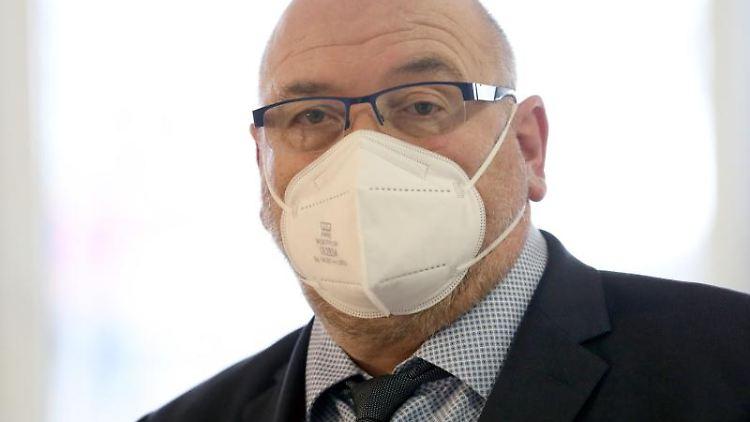 Harry Glawe (CDU), Landesgesundheitssminister, schaut in die Kamera. Foto: Bernd Wüstneck/dpa-Zentralbild/dpa