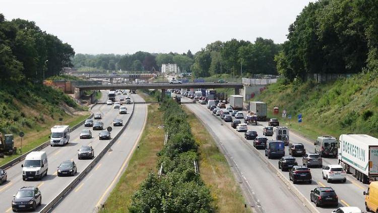 Autos stehen auf der A7 im Stau. Foto: Luise Evers/dpa