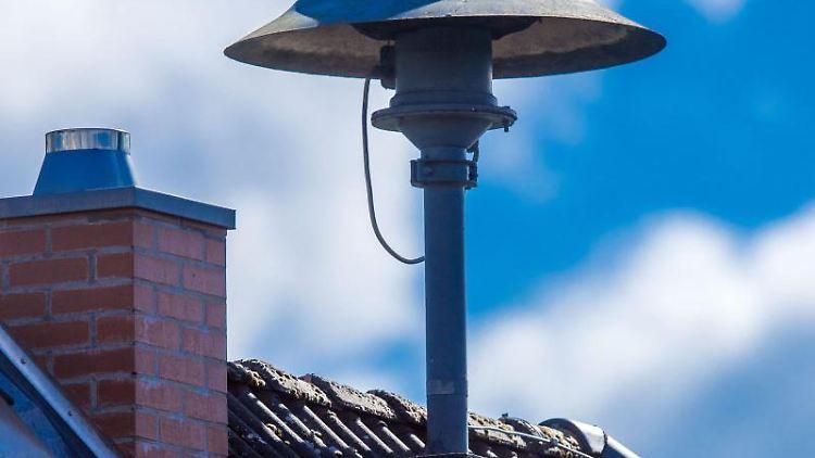 Eine Alarmsirene steht auf einem Hausdach. Foto: Jens Büttner/dpa-Zentralbild/dpa/Symbolbild