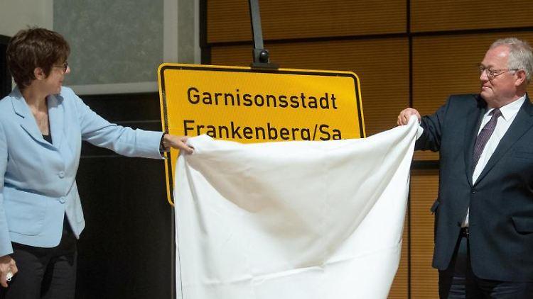 Bundesverteidigungsministerin Kramp-Karrenbauer und Frankenbergs Bürgermeister Firmenich enthüllen ein Ortseingangsschild der Stadt Frankenberg mit dem Namenszusatzes