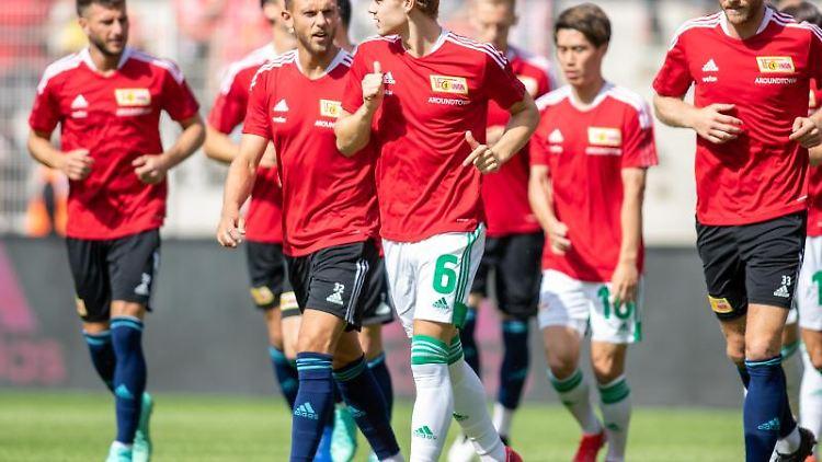Die Mannschaft Union Berlin läuft durchs Stadion. Foto: Andreas Gora/dpa