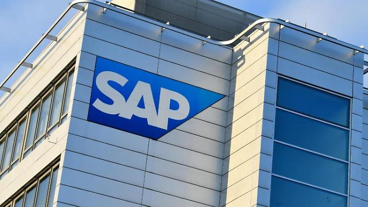 Ein Logo des Softwarekonzerns an der Unternehmenszentrale von SAP. Foto: Uwe Anspach/dpa/Archivbild