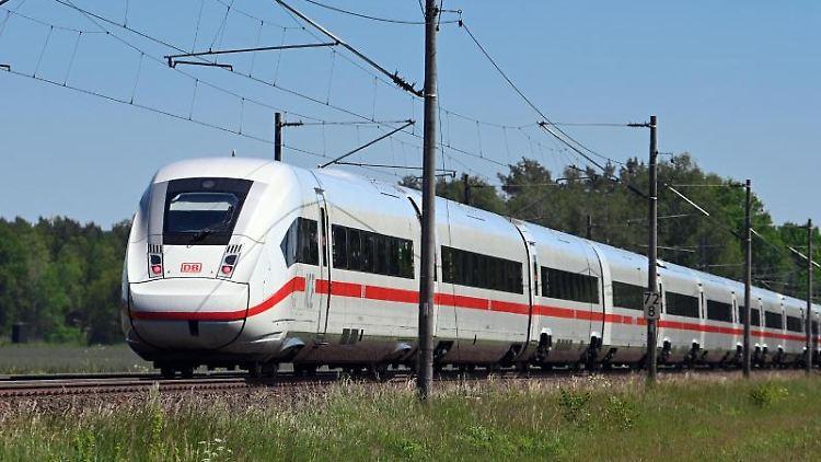 Ein fahrender Zug. Foto: Soeren Stache/dpa-Zentralbild/dpa/Symbolbild