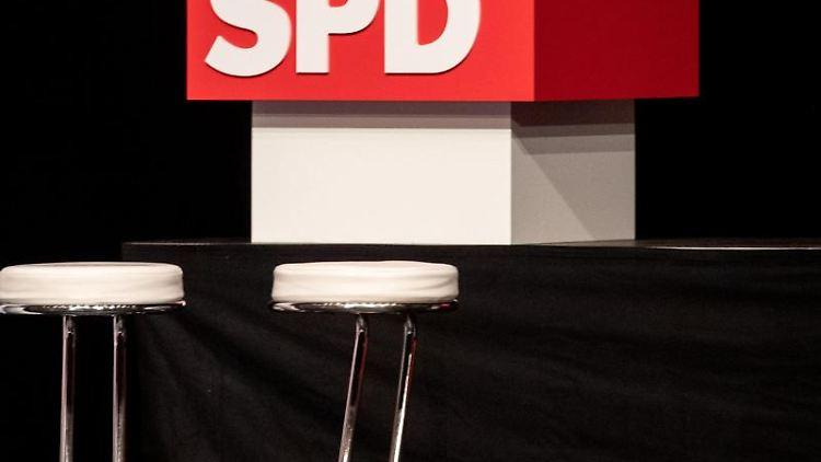 Ein Podium der SPD. Foto: Marijan Murat/dpa/Symbolbild