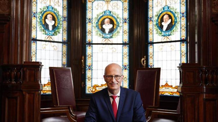 Peter Tschentscher (SPD), Erster Bürgermeister und Präsident des Senats der Freien und Hansestadt Hamburg, sitzt im Bürgermeisteramtszimmer im Rathaus. Foto: Marcus Brandt/dpa