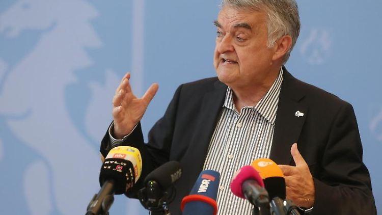 Der Nordrhein-Westfälische Innenminister Herbert Reul (CDU). Foto: David Young/dpa