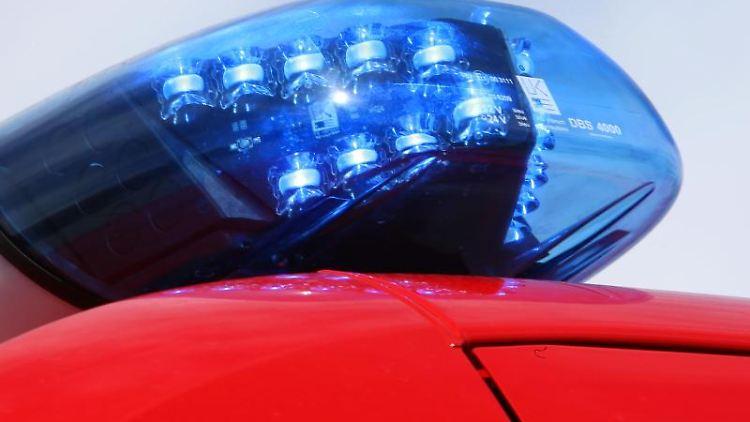 Ein Blaulicht leuchtet auf einem Einsatzwagen der Feuerwehr. Foto: picture alliance / Stephan Jansen/dpa/Symbolbild
