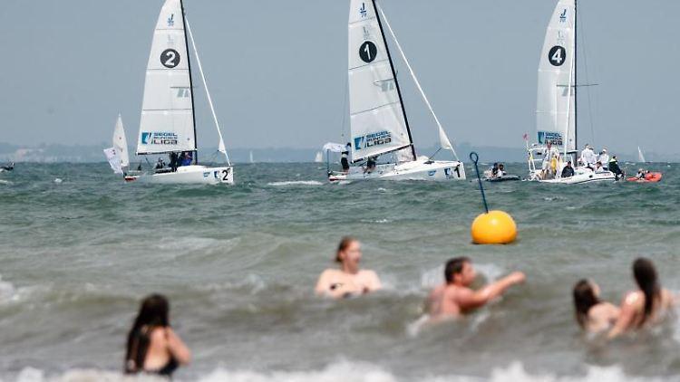 Segelboote fahren ein Regattarennen im Rahmen der Travemünder Woche. Foto: Markus Scholz/dpa/Symbolbild