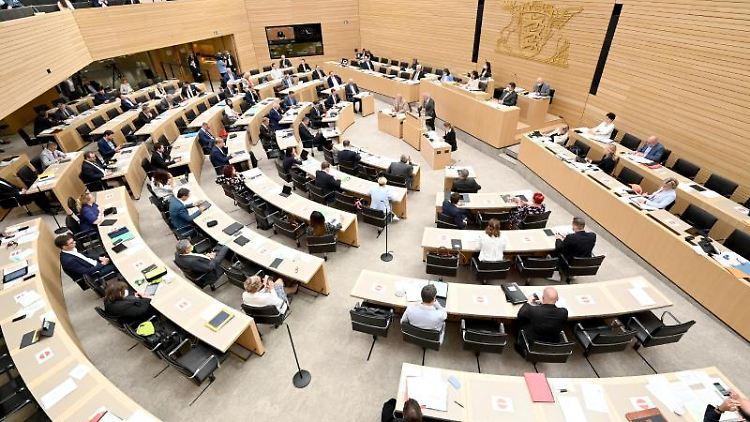 Abgeordnete während einer Plenarsitzung im Landtag. Foto: Bernd Weißbrod/dpa