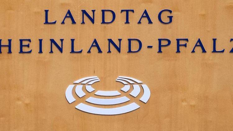 Der Schriftzug Landtag Rheinland-Pfalz ist auf einem Rednerpult zu sehen. Foto: Silas Stein/dpa/Symbolbild
