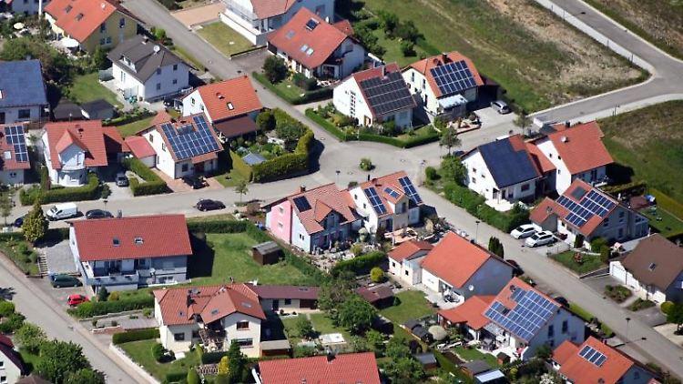 Auf Dächern von Häusern in einer Gemeinde beim Landkreis Heilbronn sind Solaranlagen angebracht. Foto: Uli Deck/dpa/Symbolbild