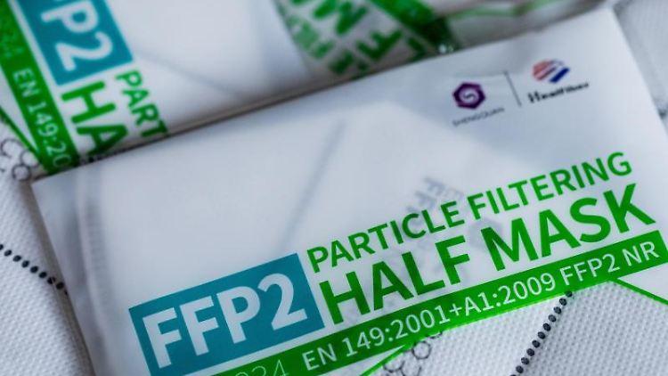 FFP2 Masken mit CE-Zertifizierung liegen verpackt auf einem Tisch. Foto: Rolf Vennenbernd/dpa/Symbolbild