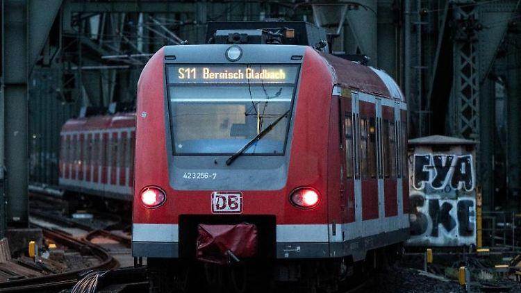Ein Nahverkehrszug fährt zu einem Hauptbahnhof. Foto: Federico Gambarini/dpa/Symbolbild