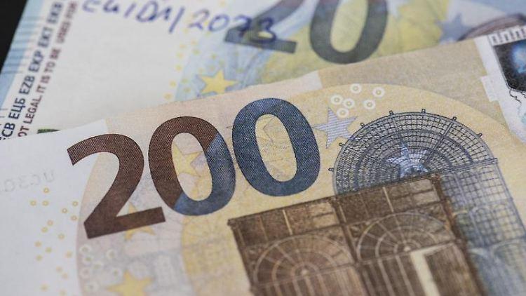 Sichergestellte, gefälschte Euro-Banknoten werden bei der Bundesbank präsentiert. Foto: Boris Roessler/dpa/Archivbild