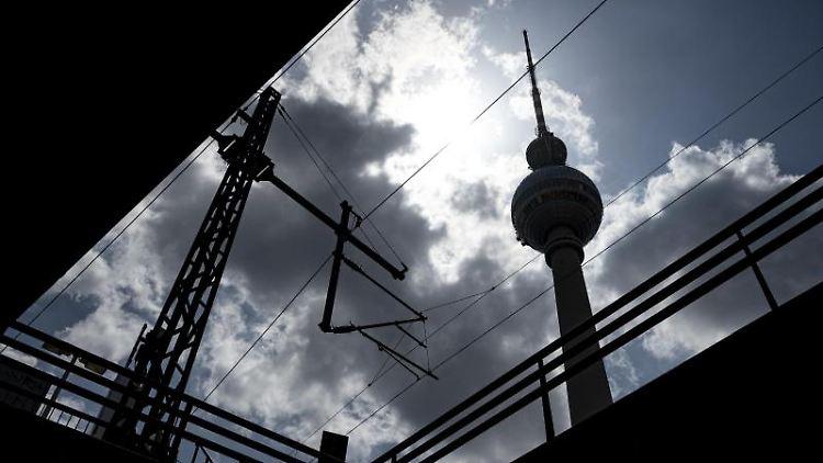 Die Sonne scheint hinter dem Fernsehturm durch die Wolken. Foto: Fabian Sommer/dpa