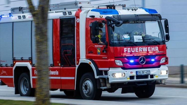 Ein Feuerwehrfahrzeug fährt mit Blaulicht zu einem Einsatz. Foto: Jens Büttner/dpa-Zentralbild/ZB/Symbolbild