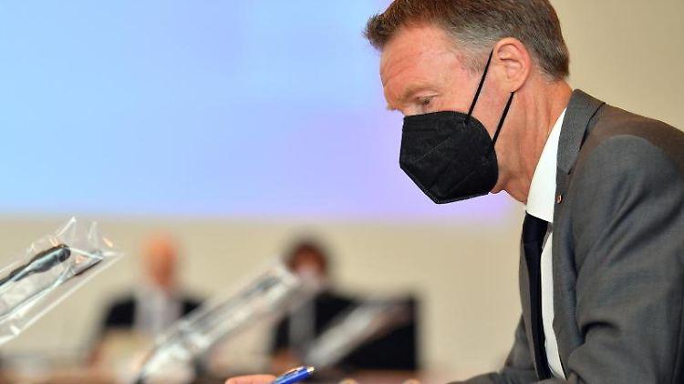 Raymond Walk (CDU) liest sich vor einer Sitzung des Untersuchungsausschusses Unterlagen durch. Foto: Martin Schutt/dpa-Zentralbild/dpa/Archivbild