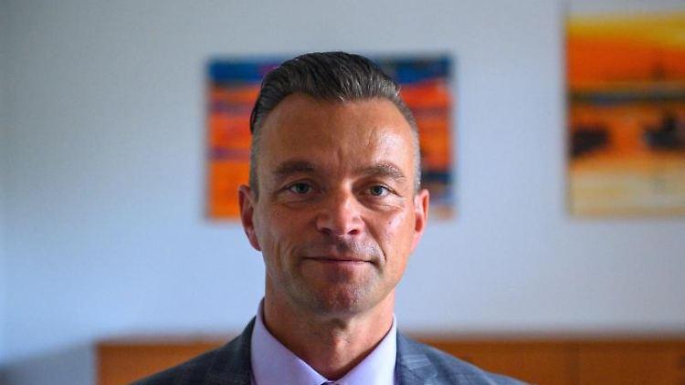 Andy Grabner (CDU), Landrat des Landkreises Anhalt-Bitterfeld, steht im Hauptsitz der Kreisverwaltung in seinem Büro. Foto: Klaus-Dietmar Gabbert/dpa-Zentralbild/dpa
