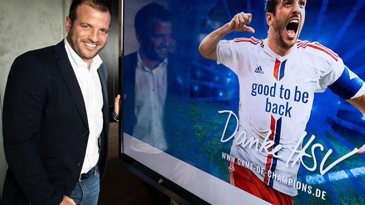 Der Ex-HSV-Spieler Rafael van der Vaart steht bei einem Pressegespräch neben einem Monitor. Foto: Christian Charisius/dpa/Archivbild