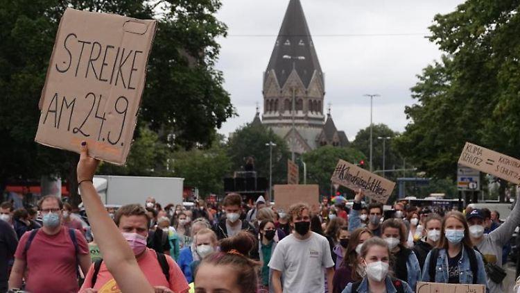 Klimaaktivisten nehmen an einer Demonstration des Bündnisses Fridays for Future teil. Foto: Luise Evers/dpa