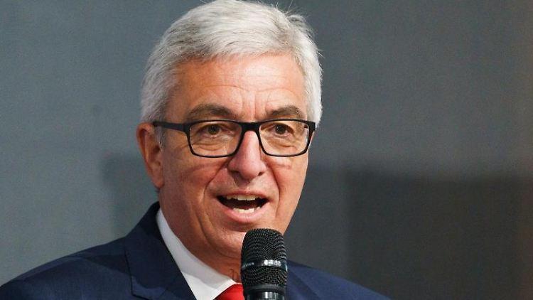 Roger Lewentz (SPD) spricht. Foto: Andreas Arnold/dpa/Archivbild