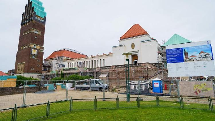 Ein Bauzaun steht vor dem Ausstellungsgebäude Mathildenhöhe. Foto: Andreas Arnold/dpa/archivbild