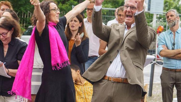 Angela Dorn (Bündnis 90/Die Grünen ) und der Darmstädter Oberbürgermeister Jochen Partsch (Grüne) bejubeln am Nachmittag die Entscheidung der Unesco. Foto: Frank Rumpenhorst/dpa