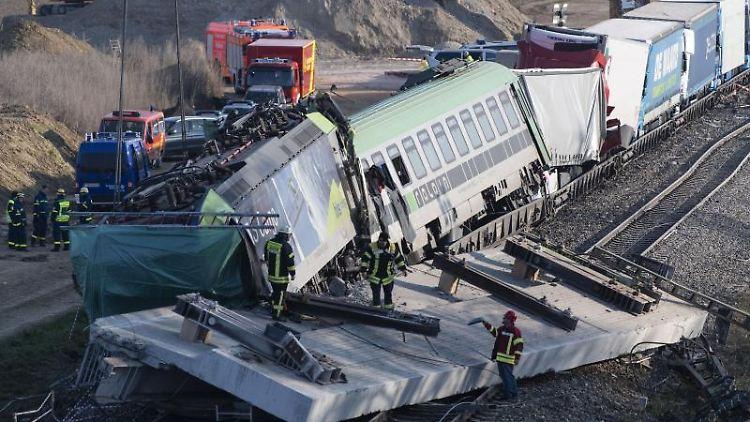 Eine havarierte Lokomotive steht nach einem Unfall schief auf den Gleisen. Foto: Patrick Seeger/dpa/Archivbild
