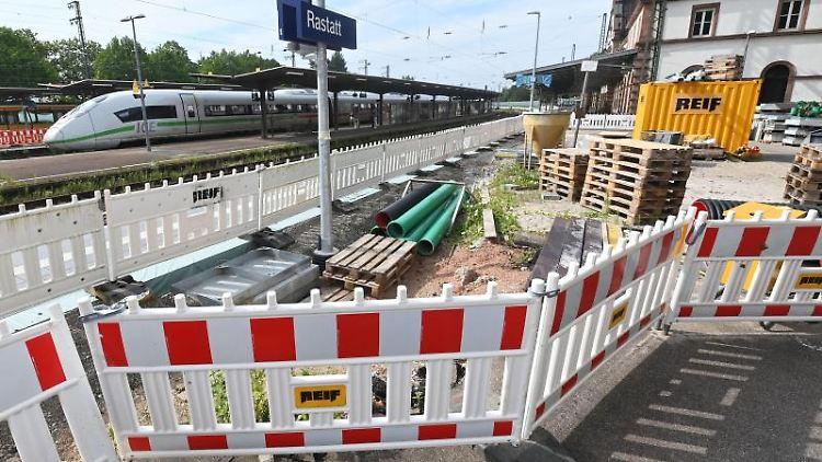 Am Rastatter Bahnhof ist eine Baustelle eingerichtet. Foto: Uli Deck/dpa/Archivbild