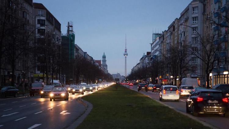 Auf der Südseite (l) der Frankfurter Allee sind die Lichter wegén eines Stromausfalls aus. Foto: Christophe Gateau/dpa/Archivbild
