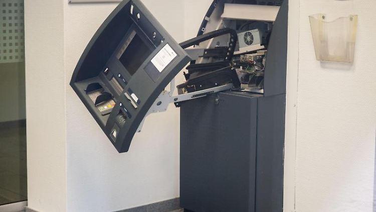 Ein zerstörter Geldautomat steht in einer Bankfiliale. Foto: Julian Stratenschulte/dpa/Archivbild