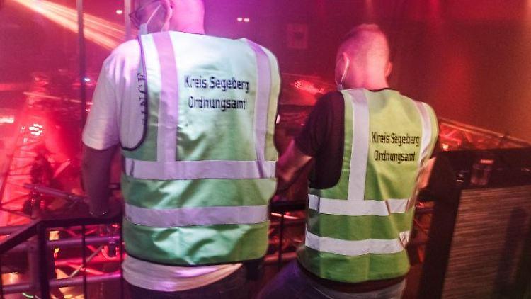 Zwei Mitarbeiter des Ordnungsamts stehen in der Diskothek Joy. Foto: Markus Scholz/dpa/Archivbild