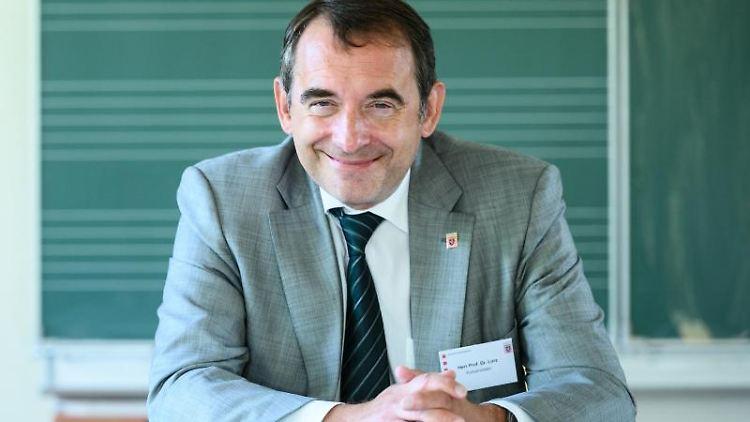 Alexander Lorz (CDU), Kultusminister von Hessen, sitzt in einem Klassenraum. Foto: Andreas Arnold/dpa/Archivbild