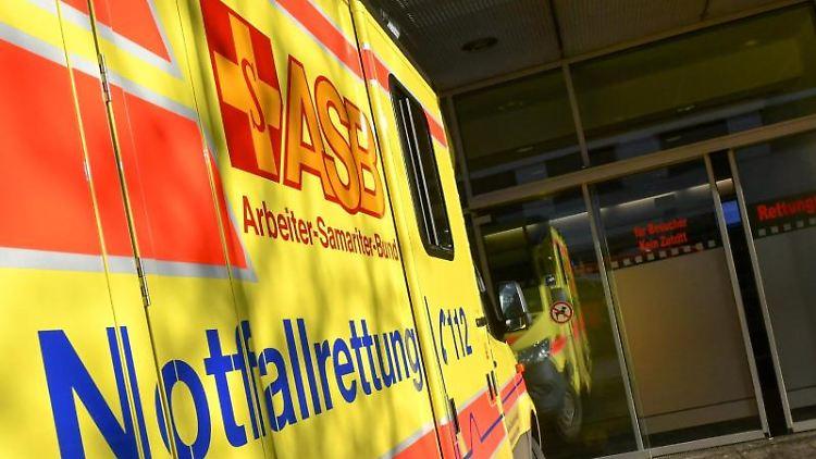 Ein Rettungswagen steht vor der Rettungsstelle eines Klinikums. Foto: Jens Kalaene/zb/dpa/Symbolbild